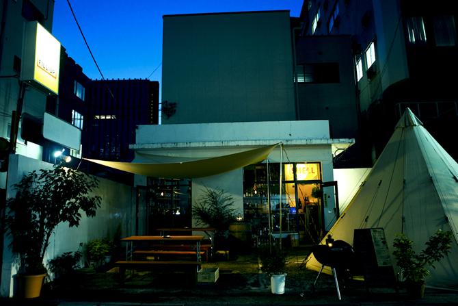 main214 西新宿高層ビル街の狭間に現れた、 トリップ感あふれる「BAR FILL UP」
