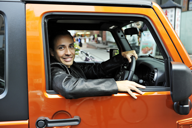 main8 behind the wheel : HOWIE Dさん