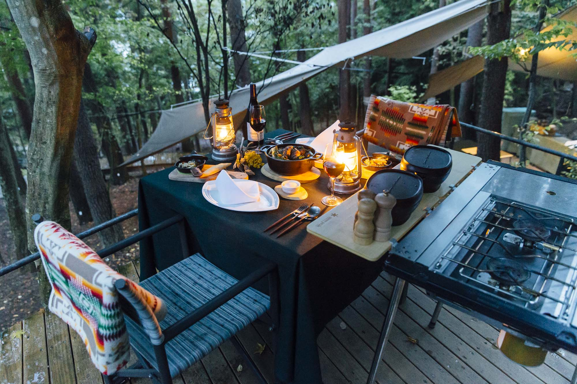 「星のや富士」で超贅沢グランピング体験。河口湖を望む絶景&大自然で楽しむ、絶品ダッチオーブンディナーと燻製づくり!