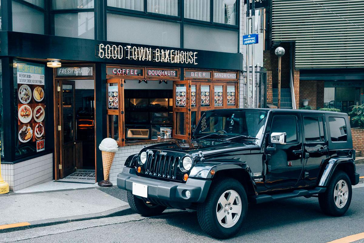 F7Q3384 「Jeep®は見たことのなかった景色を見せてくれるクルマ」。人気モデルが語る、ジープとのライフスタイル。
