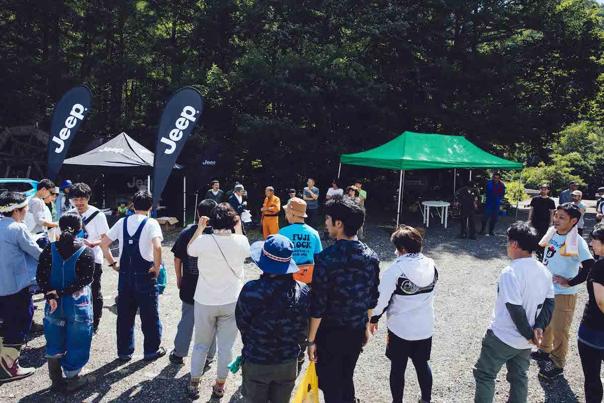 Y1_8435 フェス会場の風物詩、ボードウォークをみんなで整備!Jeep® は今年も<フジロックの森プロジェクト>を全力でサポート!