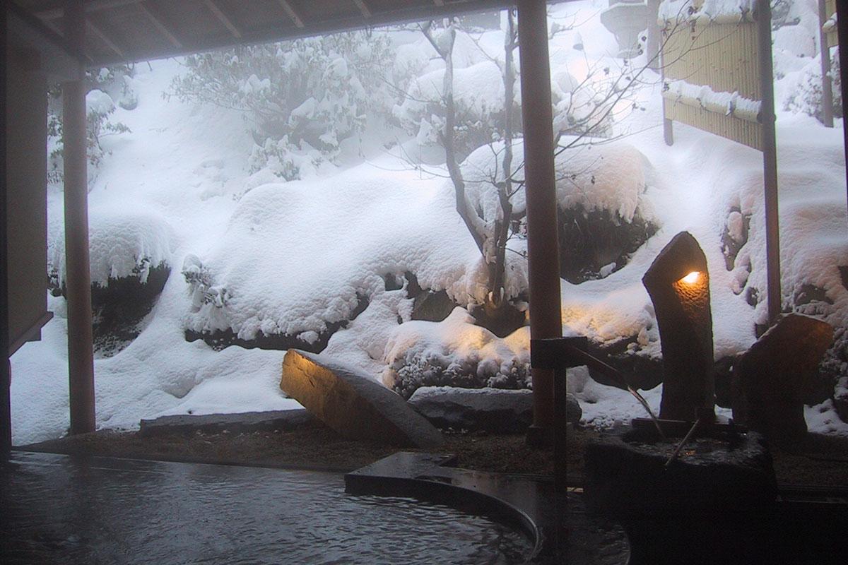 """13_2 【雪見風呂特集13選】冬の温泉シーズンに向けて、Jeepに乗って行きたい""""雪見風呂""""を日本中からピックアップ!"""
