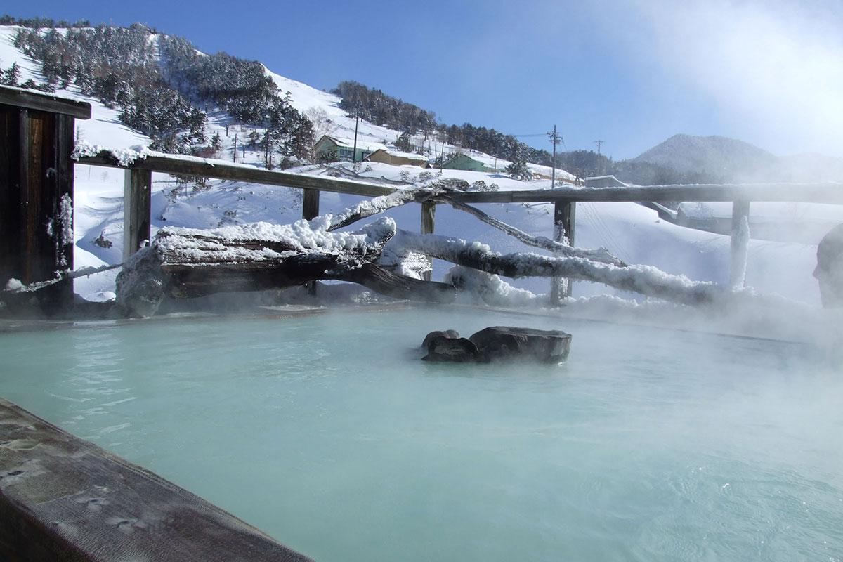 """9_gokurakuyu_huyu02 【雪見風呂特集13選】冬の温泉シーズンに向けて、Jeepに乗って行きたい""""雪見風呂""""を日本中からピックアップ!"""