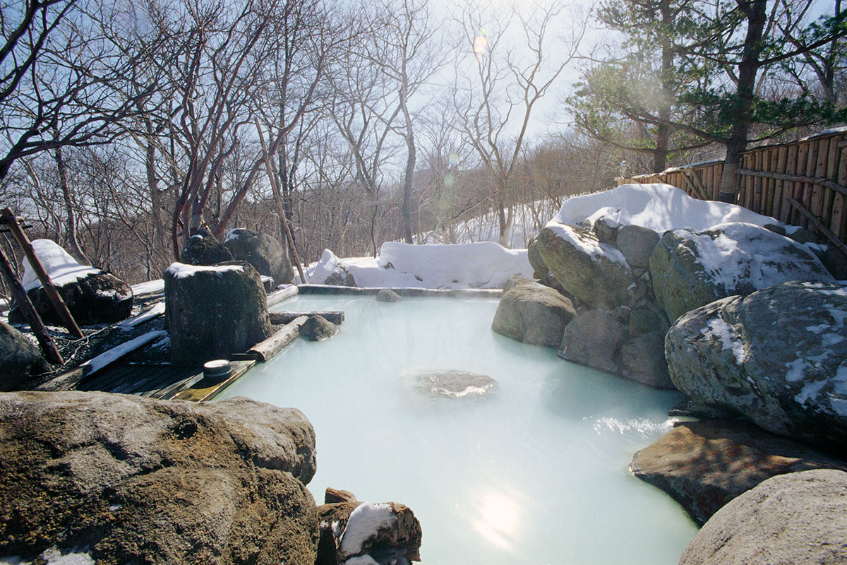 "d653dbddbbb8e84a8fb6121a3e6f39ae 【雪見風呂特集13選】冬の温泉シーズンに向けて、Jeepに乗って行きたい""雪見風呂""を日本中からピックアップ!"