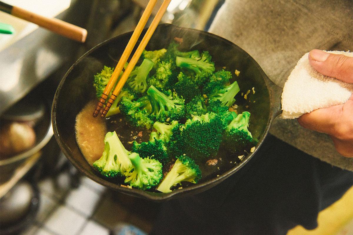 """20171125_qetic-jeep-0125 冬キャンプなら""""鍋""""!人気のスキレットやダッチオーブンで作る、簡単で美味しいアウトドア料理のレシピとは?"""