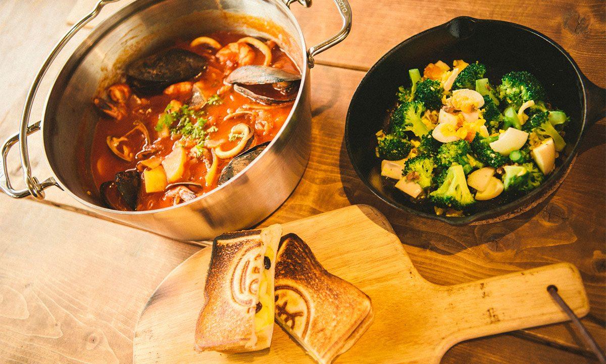 """冬キャンプなら""""鍋""""!人気のスキレットやダッチオーブンで作る、簡単で美味しいアウトドア料理のレシピとは?"""
