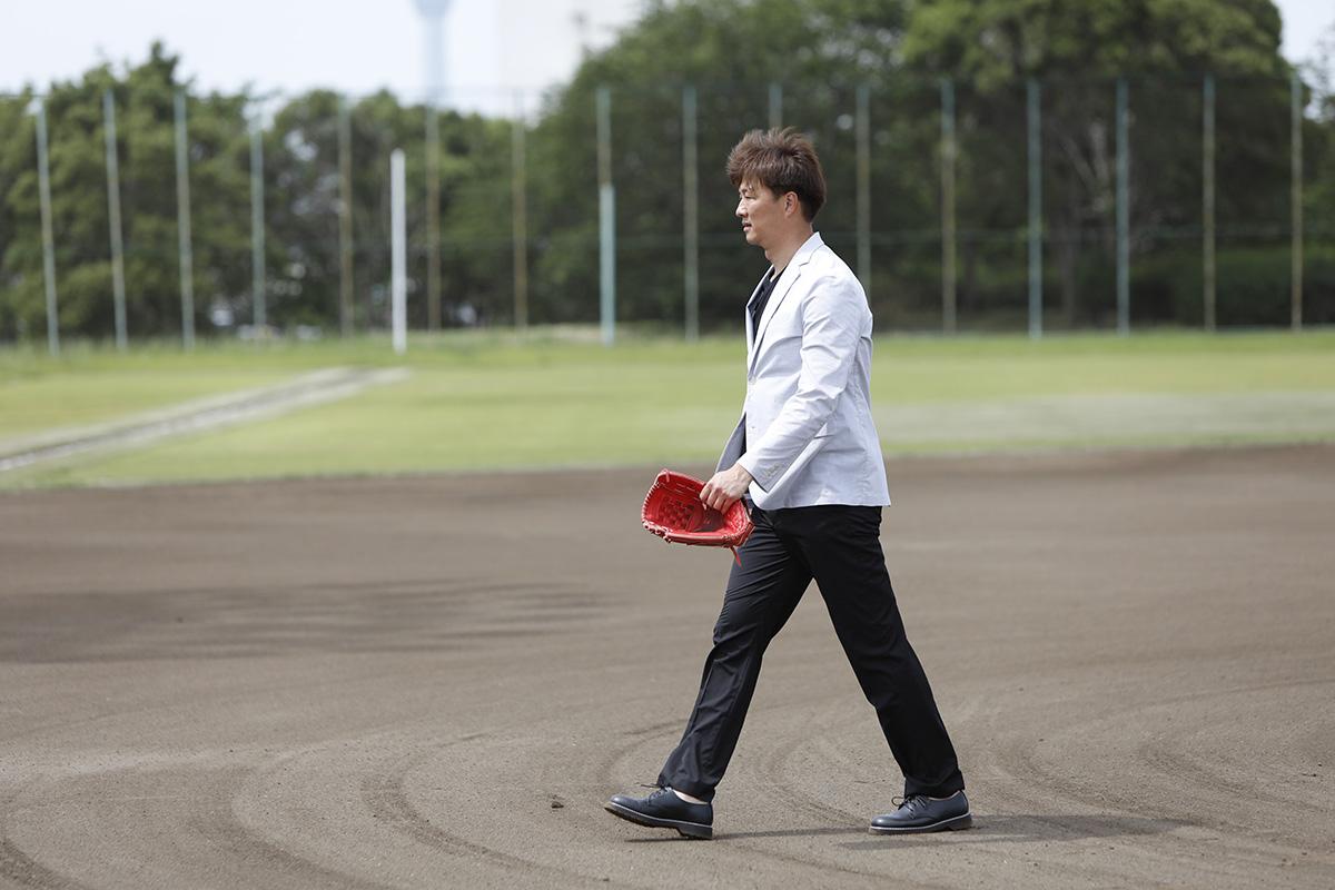 4-2 Jeep® 協賛の『世界の野球グローブ支援プロジェクト』に、日米で活躍した名ピッチャー・岡島秀樹さんがエールを送る!